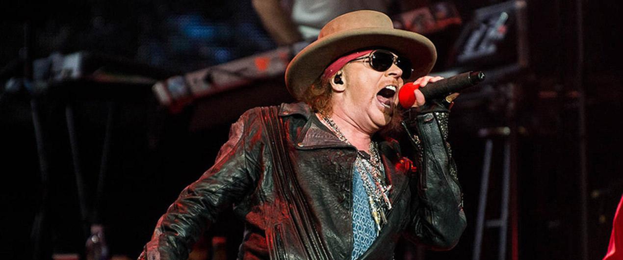 Axl Rose se cayó en pleno concierto durante la gira de Guns N'Roses